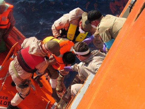 Flyktninger tas ombord