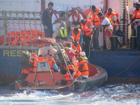 Her tas flyktningene ombord i skipet