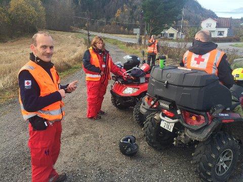 LETER ETTER SAVNET: Klas-Jøran Pärson, Toril Rustberggard, Thor Ivar Vassbø og Tom Erik Sætevik (bak) fra Røde Kors leter etter den savnede 47-åringen.