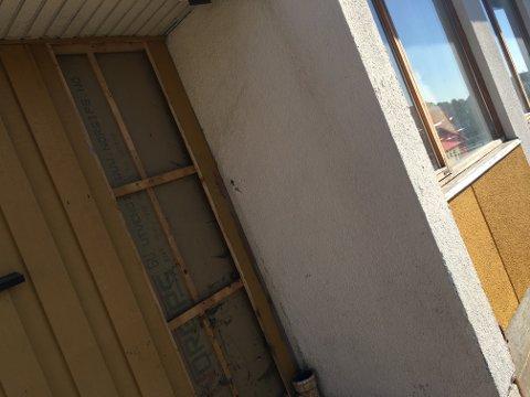 Rent hærverk: Kledningen er dratt av skolebygningen.