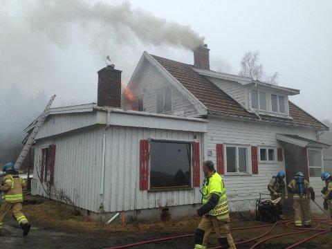 Brannvesenet øver på brann i et hus.