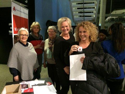 Fv Grete Auby, Sunniva Skoglund og Elisabeth Gavelstad gir røde knapper til Hege Dolven Einarsen og Renate Aamodt Nalum