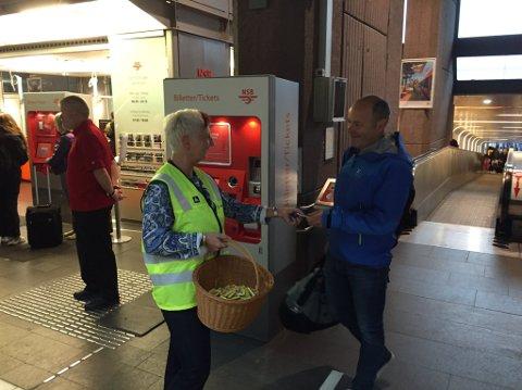 MORGENSJOKOLADE: Alle reisende med NSB ble møtt med sjokolade som takk for tålmodigheten i forbindelse med sommerstengt Oslo S.