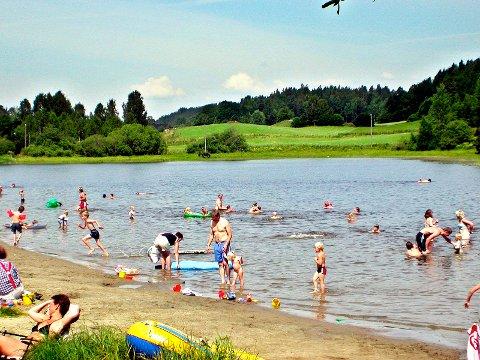 FRARÅDER BADING INNTIL VIDERE: Kommunen har fortsatt ikke fått svar på vannprøvene fra Åsrumvannet.