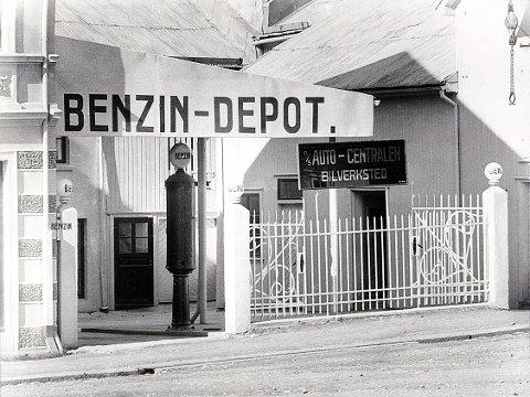BENSINSTASJONER. I dette trange gårdsrommet på nedsiden av Lilletorget åpnet i 1926 Larviks første bensinstasjon med automatisk og direkte bensinfylling.