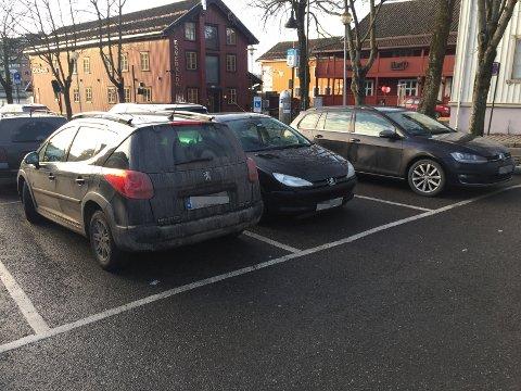 Naf har noen gode råd til de som vil unngå småbulker og uhell når de parkerer. Mye handler faktisk om hvordan du kjører inn på parkeringsplassen.