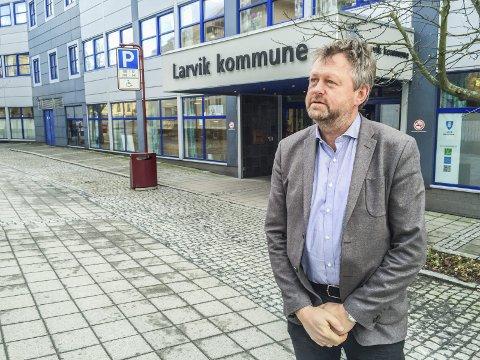 BEKYMRET: Jan-Erik Norder er svært bekymret for smittetrykket i Larvik, og er allerede i gang med å avklare hva som skjer videre for skoler og barnehager i kommunen.