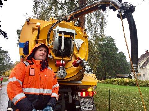 Kjellere fylt med vann: Ken Ove Borge Skolem fra kommunalteknikk har bistått med å rense en kum på Grevle i Stavern etter at flere hus fikk vann i kjelleren.