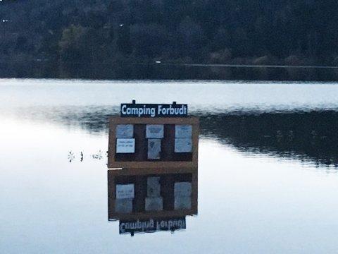Selvforklarende: Camping Forbudt står det på skiltet - som nå ligger midt ute i Åsrumvannet.