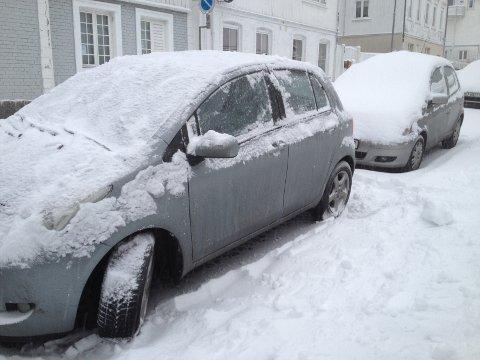 FEIL BIL: Denne bilen fikk litt ekstraservice onsdag morgen. En måkejobb som egentlig var tiltenkt bilen bak.