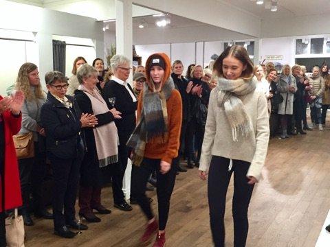 VISTE FREM PLASS: Marthe og Marie Larsen går catwalk under onsdagens motevisning.