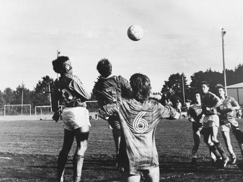 Sverre Abrahamsen har scoret utallige mål for Nesjar gjennom mange år. Her header han inn et av sine mange mål 15. juni 1988.