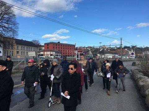 Mellom 30 og 40 mennesker deltok på korsvandringen fredag.