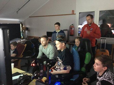 Fram-spiller Ulrik Balstad ble et av høydepunktene på påskens LAN. Ungdommene kastet seg raskt ut i kampen om hvem som kunne slå Balstad i FIFA og dermed vinne premie.