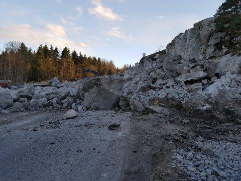 SPERRET: Fylkesveg 303 vil ikke være framkommelig på en stund, etter at en sprengladning i fjellet gikk galt.
