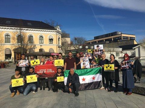 En gruppe mennesker samlet seg på Torget i Larvik fredag for å markere sin støtte til det syriske folk, og for å oppfordre til fred.