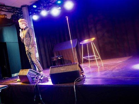 KONTAKT MED PUBLIKUM: Lars Hansen fikk publikummet på Sanden til å le på deres egen bekostning fredag kveld.