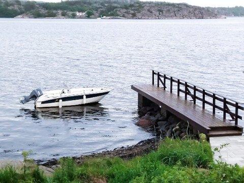 FJERNET BRYGGA: Kun den faste bryggedelen står igjen ved Arne Nicanders hytte på Lamøya noen dager før klagen skal behandles i planutvalget.