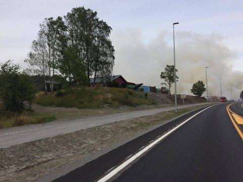 MÅTTE EVAKUERE: På denne gården kun 150 meter fra brannstedet bor Janette Bakkane, som har måtte evakuere dyrene sine fra gården.