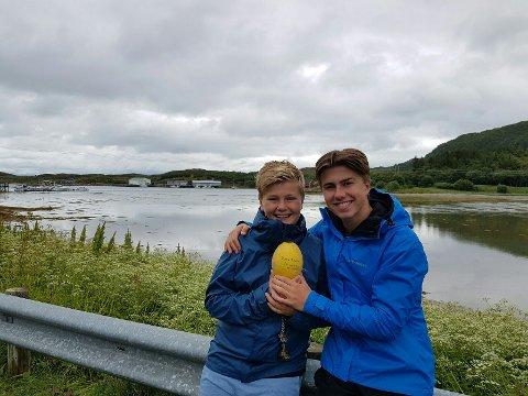 PÅ LANGTUR: Håkon og Fredrik Aronsen med garnkula de fant utenfor Rørholmen på Helgelandskysten. Den hadde seilt hele veien fra Sørvest-Irland.