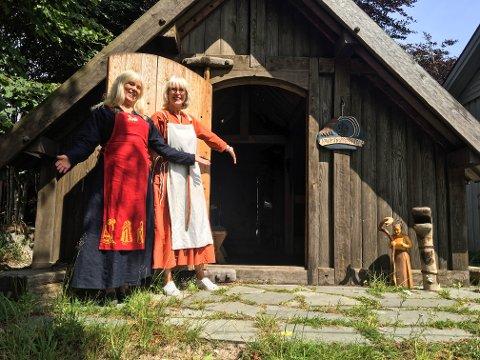 FORMIDLERE: F.v.: Inger Merethe Johnsen og Bodil Hytterød Simonsen tar deg tilbake til vikingtiden på Kaupang i sommer.