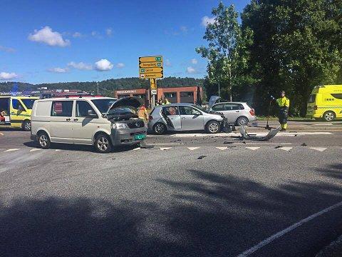 VED KRYSSET: Ulykken har skjedd ved avkjøringen til Hovland. Veien er sperret i begge retninger.