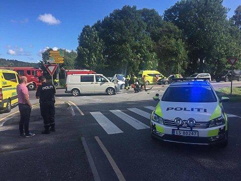 BLE STENGT: Elveveien ble en stund stengt i begge retninger etter ulykken fredag ettermiddag.