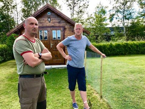 FØLER SEG LURT: Jon Håvard Fjeldheim og Per-Roar Gjertsen ble fortalt at det skulle komme boliger på tomta hvor Maskin & Asfalt holder til på, da de kjøpte boliger på Hemløkka. Planene ble lagt på is, og nå føler de seg lurt.