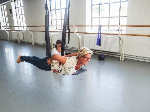 FLYVENDE YOGA: Ved bruk av en huske trener man smidighet, styrke og balanseevne i Flying Yoga.