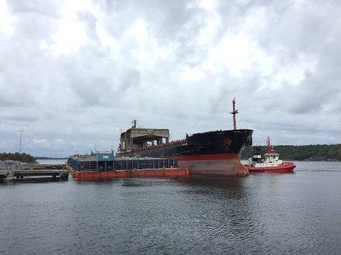 MV Arctic Pearl laster stein fra kaia i Svartebukt. Det var mannskapet om bord som oppdaget lystbåten i drift.