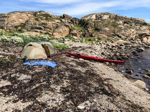 LOVLIG TELTING: Kajakkpadler Kari Reine mener teltforbudet i kommunen bør revurderes. Her har hun slått opp telt på Vestre Bramskjær, som er ett av få steder det er tillatt å slå opp telt.