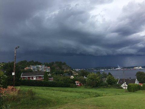 KAN BLI REGN OG TORDEN: Meteorologisk institutt varsler at slusene vil åpne seg over Østlandet. Men akkurat hvor er usikkert.