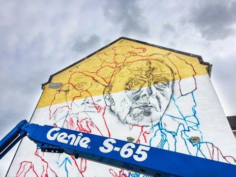 Æresborger Carl Nesjar: Ikke vanskelig å se hvem det er som kommer på veggen.