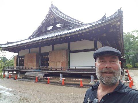 I JAPAN: Tore Forsberg fra Larvik ble invitert til å delta i et japansk TV-program om landets kulturarv. Lørdag 9. september kommer trolig flere millioner japanere til å se programmet.