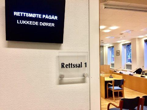 VOLDTEKT: En Larvik-mann (50) møtte i retten i dag, tiltalt for å ha voldtatt en dement kvinne i 70-årene i en leilighet i Larvik. Han nekter straffskyld.