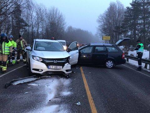 FRONTKOLLIDERTE: Den svarte bilen klarte ikke å stoppe for en kø og gikk over i motgående felt. Den kvinnelig sjåføren ble truffet av den mørke bilen. Hun ble sendt til sykehus etter smellen.