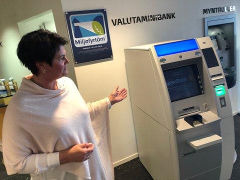 MÅ HA KORT: Det nytter ikke bare med utenlandske kontanter i bankene i Larvik. Her banksjef Signe Stenersen foran valutaautomaten på i banken på Fritzøe Brygge.