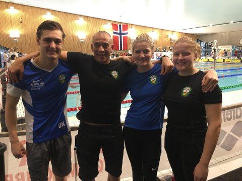 REPRESENTERTE LARVIK: Fra venstre: Didrik Næss, trener Juan Escalada, Aurora Nordal Berg og Frøya Karlsen Dallago svømmer for Larvik Svømmeklubb. I helgen var de i Asker under UM/Junior-NM i svømming.