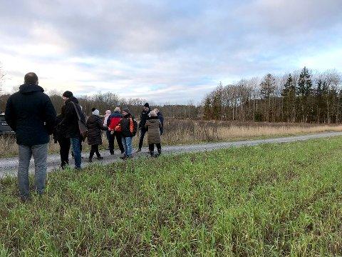 SAKEN: Foto av Bokeløkka Vest (i bakgrunnen av bildet) den dagen Planutvalget hadde befaring.