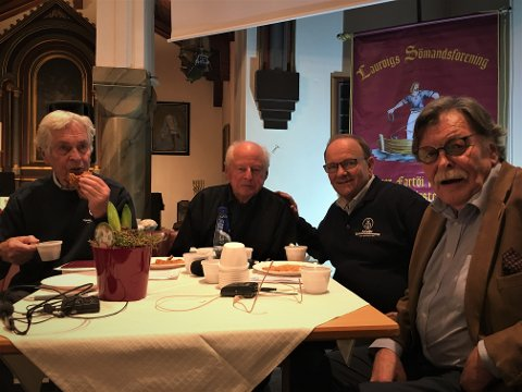 Disse fire sto for noen av programmets høydepunkter. I pausen koste de seg med gode vafler og kaffe. F.vt.: Knut Mølbach, Thor Heyerdahl jr., Henning Thorsen og Stig Hatlo.