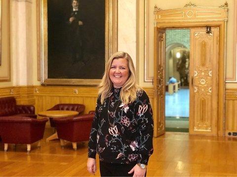 SPØRSMÅL TIL STATSRÅDENE? Kari-Lise Rørvik, 1. vara for Vestfold Venstre på Stortinget, har anledning til å stille to spørsmål til statsrådene hver gang hun blir kalt inn. Hun oppfordrer folk i Larvik til å ta kontakt med henne, dersom de har spørsmål de ønsker hun skal ta videre.