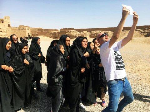 «Selfie» med en skoleklasse ved leirfortet Narin Qal'eh i Iran. «Iran er et veldig vennlig land, her blir man stoppet opp til 20-30 ganger hver dag for å bli ønsket velkommen.»