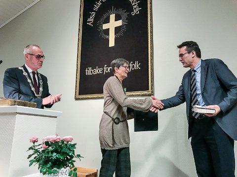 OVERRASKET: Både ordfører Rune Høiseth og Hjalmar Bø (t.h.) fra Norsk Luthersk Misjonssamband roste Ingrid Næss for hennes lange misjonærtjeneste.