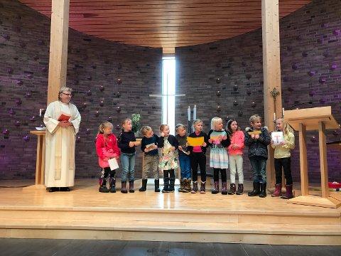 Elever fra andreklasse fortalte om betydningen av ulike påskesymboler og påskepynt.