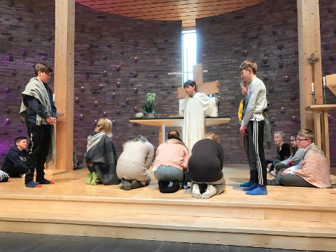 Her dramatiserer elevene det som skjedde langfredag, da Jesus ble korsfestet.