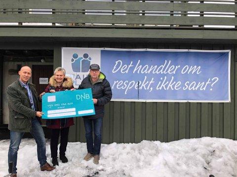 Spesiell gave: DNB bestemte seg for å gi Tjølling idrettsforening en gave etter innbruddet natt til fredag. Simen Smith Ringdal (t.v.) fra DNB Eiendom, Heidi Holm Evensen fra DNB og Svein T. Jensen fra Tjølling idrettsforening.