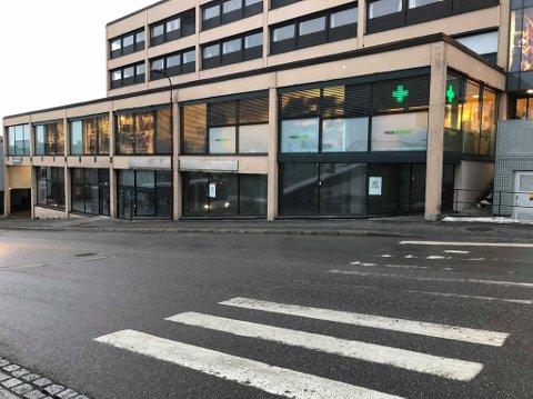 ÅPNER SNART: I de tomme lokalene under Vitus Apotek i Domusbakken flytter Sport Outlet inn som en del av Amfi.