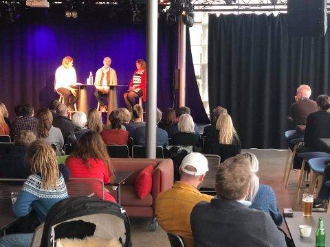 Filmregissør Erik Poppe og leder av Den nasjonale støttegruppen av 22. juli, Lisbeth Kristine Røyneland, hadde en samtale foran publikum ledet av Krstian Bålsrød i Sanden på søndag.