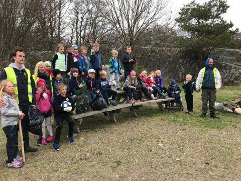 Bildet viser SFO-barna vedStavern skolesom var «fortropp» og rensket opp iSkråvika30. april.