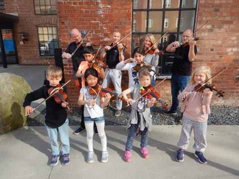 BARN OG VOKSNE: Sammen kan man bli bedre til å øve hjemme. På kulturskolen kan foreldre bli med på fiolin.